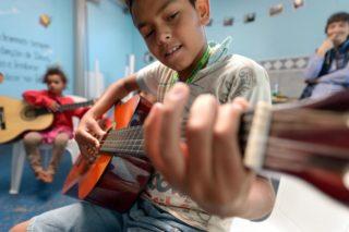 Musikunterricht mit Lehrer Thiago, Sozialzentrum der SMMP im Armenviertel Imperial, Sao Paulo, Brasilien: (Foto: Florian Kopp/SMMP)