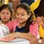 Jugendliche blättern in Kochbüchern - Koch- und Backkurs im Kinderheim Comunidad Ancieto Solares, Vallegrande, Departamento Santa Cruz, Bolivien; Foto: Florian Kopp/SMMP