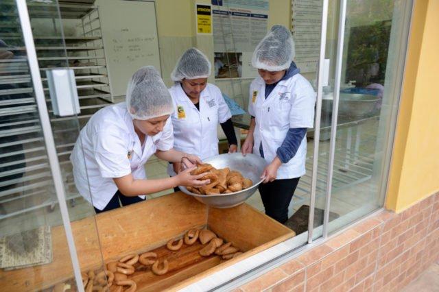 Als Berufsvorbereitung betreiben vier Jugendliche eine eigene kleine kommerzielle Bäckerei. Früh morgens stellen sie Brot und andere Backwaren her und verkaufen diese an der Pforte der Einrichtung, Kinderheim und Ausbildungszentrum Comunidad Ancieto Solares, Vallegrande, Departamento Santa Cruz, Bolivien. (Foto: Florian Kopp/SMMP)