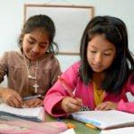 Mariola (11) und Camila (9) im Förderunterricht für Kinder mit Lernschwierigkeiten, Kinderheim Comunidad Ancieto Solares, Vallegrande, Departamento Santa Cruz, Bolivien; Foto: Florian Kopp/SMMP