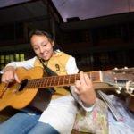 Abigail, 13 Jahre, übt am Wochenende Gitarre, Kinderheim und Ausbildungszentrum Comunidad Ancieto Solares, Vallegrande, Departamento Santa Cruz, Bolivien; Foto: Florian Kopp/SMMP