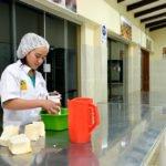 Elisa, 16 Jahre - Als Berufsvorbereitung betreiben vier Jugendliche eine eigene kleine kommerzielle Bäckerei. Früh Morgens stellen sie Brot und andere Backwaren her und verkaufen diese an der Pforte der Einrichtung, Kinderheim und Ausbildungszentrum Comunidad Ancieto Solares, Vallegrande. (Foto: Florian Kopp/SMMP)