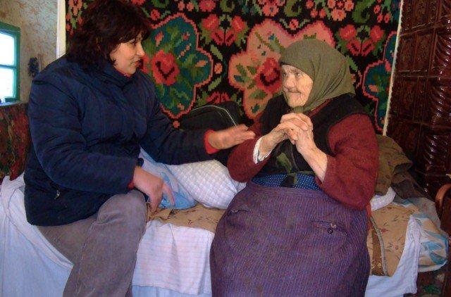 Krankenschwester Viorica Tatariga besucht eine alte Dame, die einsam in ihrer Hütte lebt.