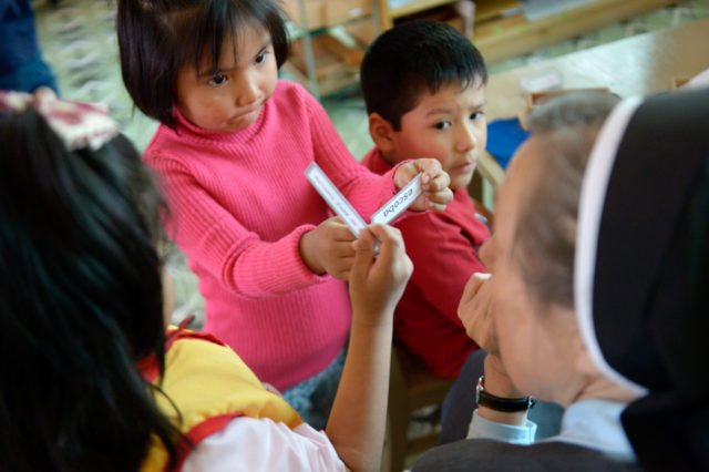 """Die deutsche Schwester Maria Cornelia Koch, Gründerin des Kinderhauses, arbeitet mit Julia, 3 Jahre, Montessori-Kindergarten und -Grundschule """"Kinderhaus Santa Maria Magdalena Postel"""", Cochabamba, Departamento Cochabamba, Bolivien; Foto: Florian Kopp/SMMP"""