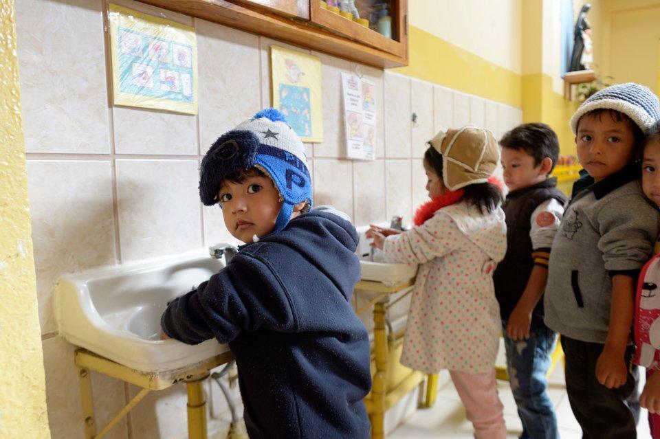 """Neytan, 3 Jahre, wäscht sich die Hände, Montessori-Kindergarten und -Grundschule """"Kinderhaus Santa Maria Magdalena Postel"""", Cochabamba, Departamento Cochabamba, Bolivien; Foto: Florian Kopp/SMMP"""