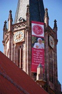 Schon seit Wochen sind die Kirchtürme in Heiligenstadt - wie hier an St. Ägidien - mit dem Willkommensgruß für Papst Benedikt XVI. geschmückt. (Foto: SMMP/Bock)