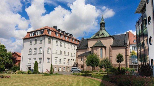 Garten des Bergklosters Heiligenstadt mit Blick auf die Klosterkirche