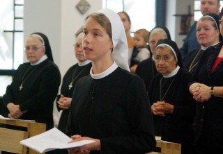 Sr. Ruth Stengel bittet die Generaloberin, sie in die Gemeinschaft der Schwestern der heiligen Maria Magdalena Postel aufzunehmen. Foto. SMMP/Bock