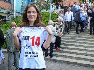 Die Abiturientin Elisabeth Stahlmann präsentiert das Motto des Abi-Jahrgangs 2014 am Engelsburg-Gymnasium in Kassel: Stabil bis in die Ewigkeit. Foto: SMMP/Reiss