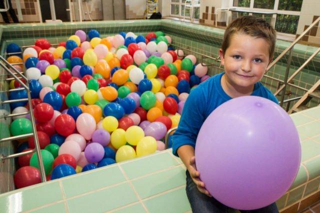 Wieviel Ballons lagen am Sonntag im Bewegungsbad? Da musste auch Raphael ganz schön grübeln. Foto: SMMP/Bock