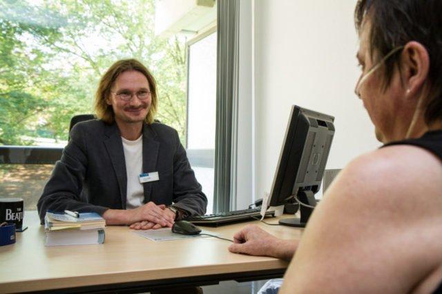 Achim Schneider im Gespräch mit einem Patienten. Der fragt sich: Wie geht es nach der Entlassung aus dem Krankenhaus privat und beruflich weiter? Foto: SMMP/U.Bock