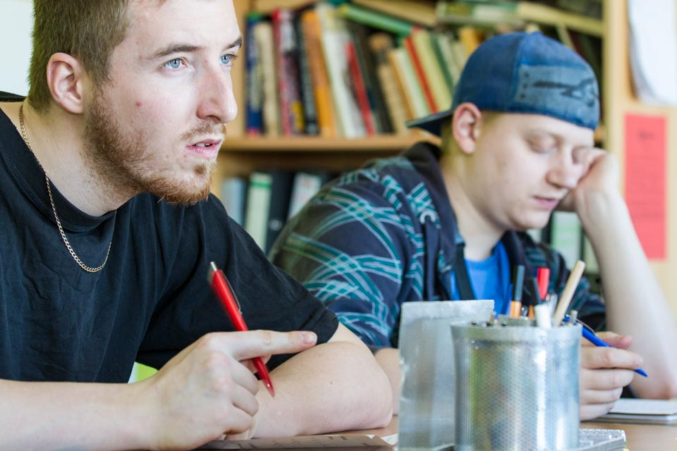 Philippe und Steve wollen den Schulabschluss packen. Dafür kommen sie zu Benedikta Reckers in den Förderunterricht. Foto: SMMP/Bock