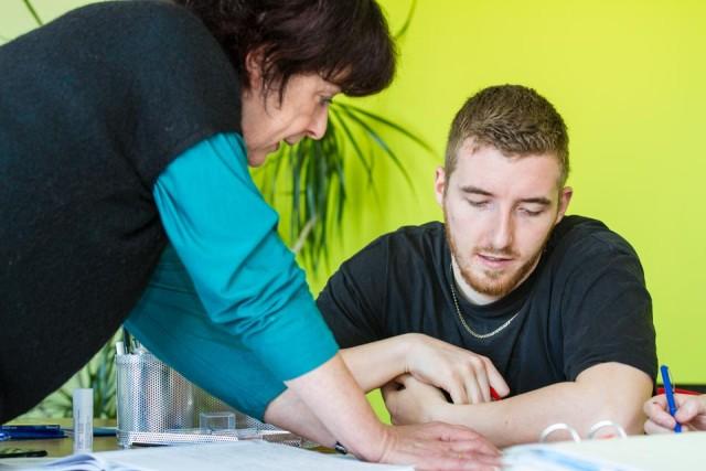 """""""Das hast Du gut gemacht"""" - Förderlehrerin Benedikta reckers lobt Philippe für die gut gelöste Aufgabe. Foto: SMMP/Bock"""