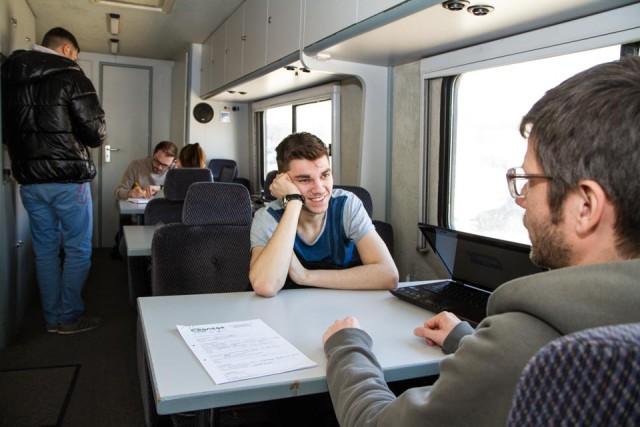 Thomas Blosat informiert einen jungen Erwacshsenen darüber, wiviel Geld er als Arbeitslosengeld-Empfänger in einem Minijob dazuverdienen darf. Foto: SMMP/Bock