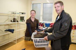 Diana Hahn leistet den Bügelservice, den auch Hendrik van't Hoff-Haas gern in Anspruch nimmt.[/ Foto: SMMP/Bock