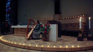 Schwester Theresita Maria Müller begleitete den Abend an der Harfe, die aus Bestwig mit angereist war. Foto: SMMP/Bock