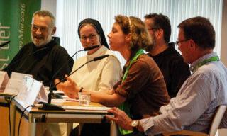 Schwester Ruth Stengel (2.v.r.) diskutierte mit Bruder Paulus Terwitte, Schwester Kerstin-Marie Berretz und dem Freiburger Moraltheologen Professor Dr. Eberhard Schockenhoff. Foto: SMMP/Bock