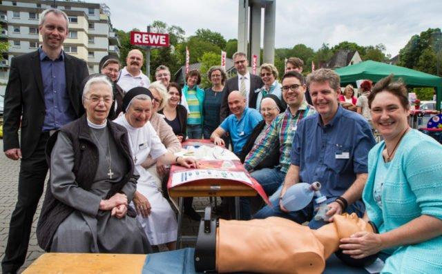 Rund 60 Mitarbeiterinnen und Mitarbeiter der beiden Krankenhäuser waren im Verlaufe des Aktionstages auf dem REWE-Parkplatz im Einsatz. Und viele kamen noch auf einen Kaffee oder eine Waffel vorbei. Die Stimmung untereinander war gut. Foto: SMMP/Bock