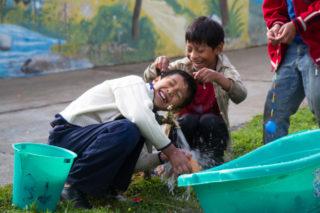 Ein kostbares Gut: Das Wasser wird in Cochabamba zunehmend knapp. Daher wurden in der Aldea große Wassertanks installiert. Foto: SMMP/Bock