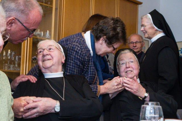 Viele Gäste nutzten am Sonntag die Gelegenheit, sich persönlich von den Schwestern zu verabschieden. Foto: SMMP/Bock