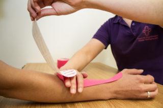 Das Spektrum der Ergotherapie hat sich in den vergangenen 25 Jahren sehr erweitert. Heute gehört z.B. auch die Handtherapie dazu. Foto. SMMP/Bock