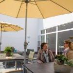 Die großzügige Terrassee bietet ausreichend Platz für alle Bewohner.