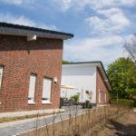 Sonnig und mitten im Dorf - zwischen Kirche und Sportanlage - liegt die neue Senioren-WG. Foto: SMMP/Bock
