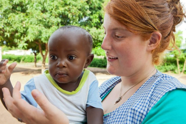 In Mosambik unterstützen die Missionarinnen und Missionare auf Zeit Mütter unter anderem bei der Versorgung von Kleinkindern. Foto: SMMP/Achim Pohl