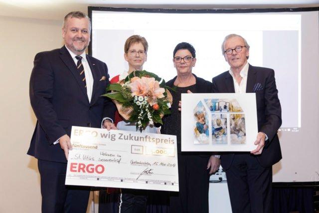 Andrea Wollner-Beermann (Mitte links) und Annette Longinus-Nordhorn nehmen den ERGO wig Zukunftspreis 2017 aus den Händen von Wichart von Roëll und Wolfgang Kühn entgegen. (Foto: ERGO wig)