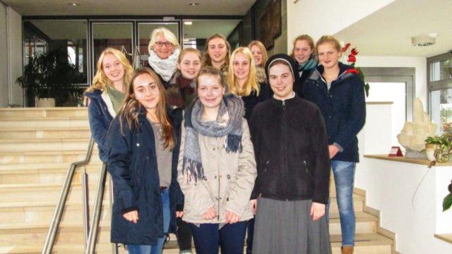 Zehn Schülerinnen aus Dülmen verbrachten mit ihrer Religionslehrerein Jutta Wegener Ora et labora-Tage im Bergkloster Bestwig. Sie wurden von Schwester Franzuiska Lennartz begleitet. Foto: privat