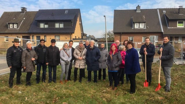 Die künftigen Nachbarn kamen auch zum Spatenstich mit Inverstor Stefan Rebbert und Geschäftsführer Frank Pfeffer (ganz links). (Foto: Britta Schmidt/SMMP)