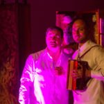 T. und Michi Im pupurfarbenen Licht vor dem Tabernakel. Foto: SMMP/Bock