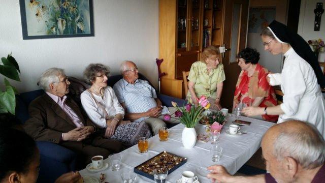 Tag der offenen Klöster im Plattenbau: Schwester Maria Elisabeth Goldmann und Schwester Ruth Stengel empfingen Besucher in ihrer Wohnung in Jena-Lobeda. (Foto: SMMP/Stengel)
