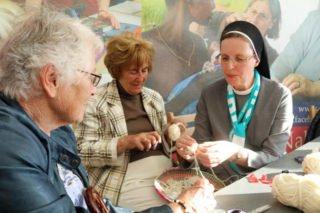 Schwester Maria Thoma Dikow bastelt mit Katholikentagsteilnehmerinnen Friedensschafe. Foto: SMMP/Ulrich Bock