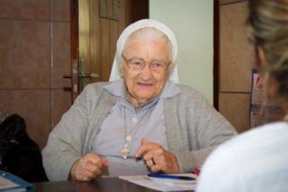 Dienstag- und donnerstagvormittags empfägt Schwester Maria Ludwigis Bilo in ihrem kleinen Büro in Leme/Brasilien Bedürftige. Manche sind dankbar für etwas zu Essen, andere für eine Decke oder eine Jacke. Einige bekommen auch Geld. Foto: SMMP/Ulrich Bock