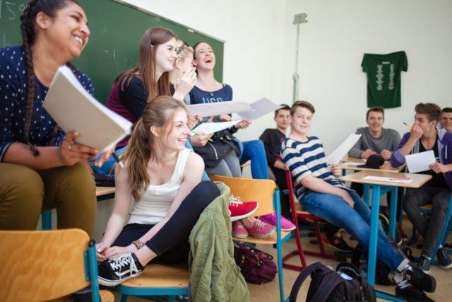 Im Unterricht kommt es nicht nur auf die Vermittlung von Wissen an, sondern ebenso auf die Persönlichkeitsentwicklung. Da darf auch gerne mal gelacht werden - wie hier am Placida-Viel-Berufskolleg. (Foto: SMMP/Beer)