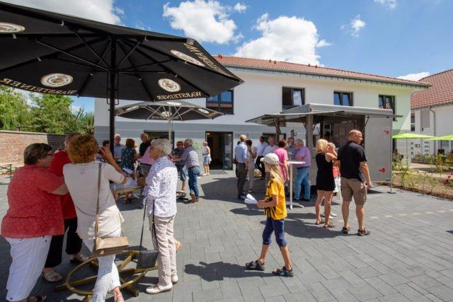 Bratwurst, kalte Getränke und viel Gelegenheit das neue Quartier in Störmede zu besichtigen gab es beim Tag der offenen Tür der neuen Senioren-Wohngemeinschaft an der Turmecke. (Foto: SMMP/Beer)