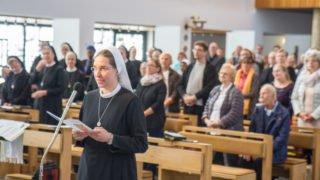 Schwester Judith tritt vor den Altar. Foto: SMMP/Ulrich Bock