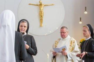 Als Zeichen der Profess erhält Schwester Judith von Schwester Maria Thoma den schwarzen Ordensschleier und den Ring, die Pater Guido segnet. Foto: SMMP/Ulrich Bock