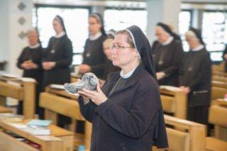 Bei der Gabenbereitung bringen die Schwestern nicht nur Brot und Wein, sondern auch einen Stein, eine Kerze und gewaschene Wäsche als Symbole des Alltags und der Spiritualität im Kloster vor den Altar. Foto: SMMP/Ulrich Bock