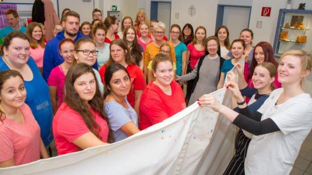 Die Unterstufenklassen der Fachschule für Sozialpädagogik am Berufskolleg Canisiusstift in Ahaus starten ihre Aktion gegen Rassismus und Fremdenhass. Foto: SMMP/Ulrich Bock