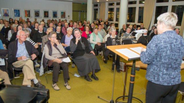Vor fast 130 Zuhörerinnen und Zuhörern referierte die renommierte Theologin Prof. Dr. Johanna Rahner im Bergkloster Bestwig. Foto: SMMP/Ulrich Bock