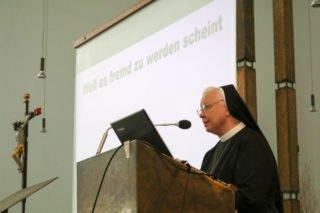 Schwester Maria Ignatia begrüßt die zahlreichen Besucher in der Dreifaltigkeitskirche. Foto: SMMP/Ulrich Bock