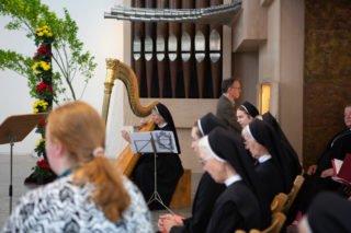 Schwester Maria Theresita Müller leitete die musikalische Gestaltung des Gottesdienstes. Die Orgel spielte Detlef Müller aus Bestwig. (Foto: Beer/SMMP)