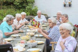Grillnachmittag statt Ausflug: Die Entscheidung, sich bei einem Würstchen und Getränken zusammenzusetzen, statt ins Auto zu steigen, kam bei den Mieterinnen und Mietern der Senioren-WG am Bergkloster Bestwig gut an. Foto: SMMP