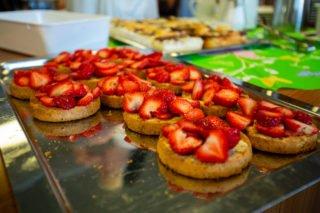 Die Erdbeertörtchen machen die van de Sandes immer frisch im Bergkloster Bestwig. Die Zutaten dafür bringen sie mit. (Foto: SMMP/Beer)