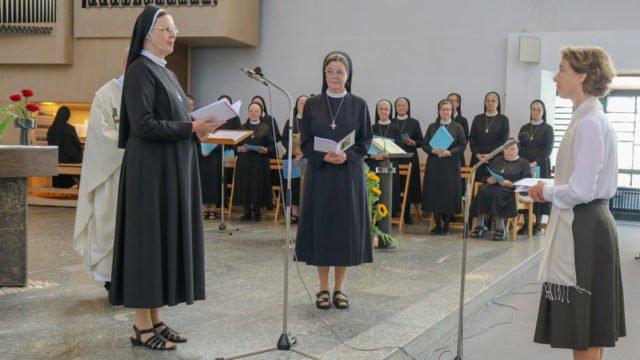 Schwester Ruth bittet die Generaloberin um die Zulassung zur Ewigen Profess. Foto: SMMP/Ulrich Bock