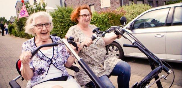 Auch im hohen Alter aktiv: Unterweges mit dem Franzimobil in Oelde. (Foto: SMMP/Beer)