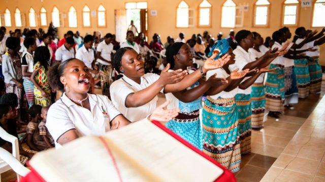 Pfingstgottesdienst in der Pfarrkirche von Metarica in Mosambik; Foto: Florian Kopp