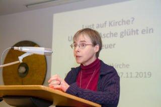 """Missionsprokuratorin Schwester Klara Maria Breuer nahm bei ihrer Begrüung auch Bezug auf die Bewegung Maria 2.0: Da erinnert ein regelmäßiges Gebet """"all der Frauen und Männer, die vor uns aus dem Feuer der Geistkraft gelebt und gehandelt haben."""" Foto: SMMP/Ulrich Bock"""